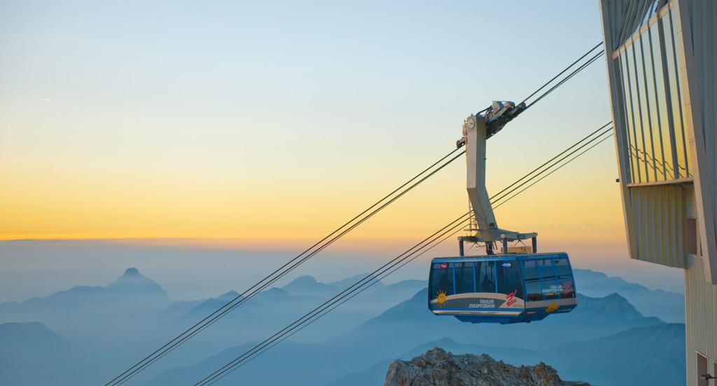 Tiroler Zugspitzbahn bei wunderschönem Sonnenaufgang