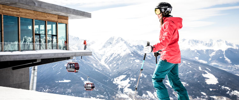 Skifahrerin an der Patscherkofel Bergstation Innsbruck im Winter
