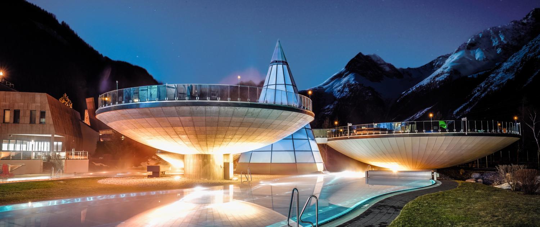 Die Relax-Schalen des Aqua Dome in Längenfeld im Ötztal am Abend